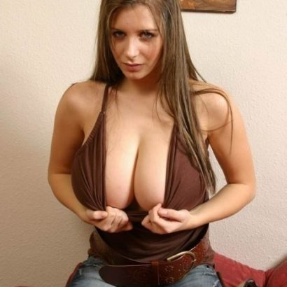 Flashing her Boobs cleavage