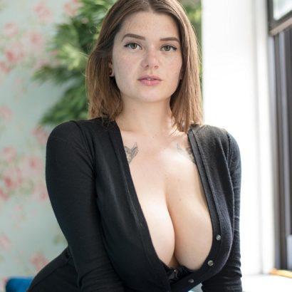 Instagram Boobs cleavage