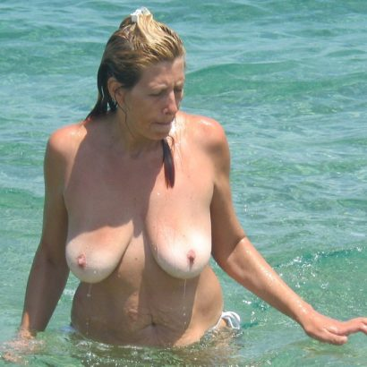 Nice boobs in the ocean